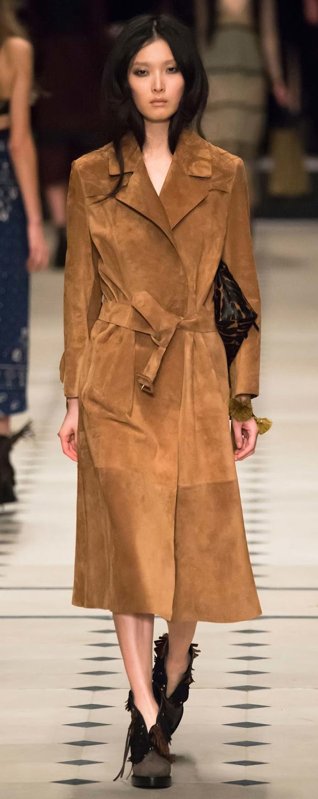 detail-classic-style-type-camel-suede-booties-trench-burberry-fall-2015.jpg
