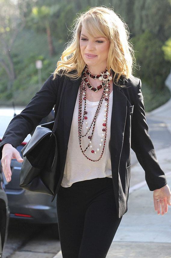 jewelry-classic-style-type-katherineheigl-layered-necklace-pearl-blazer-black-blonde.jpg