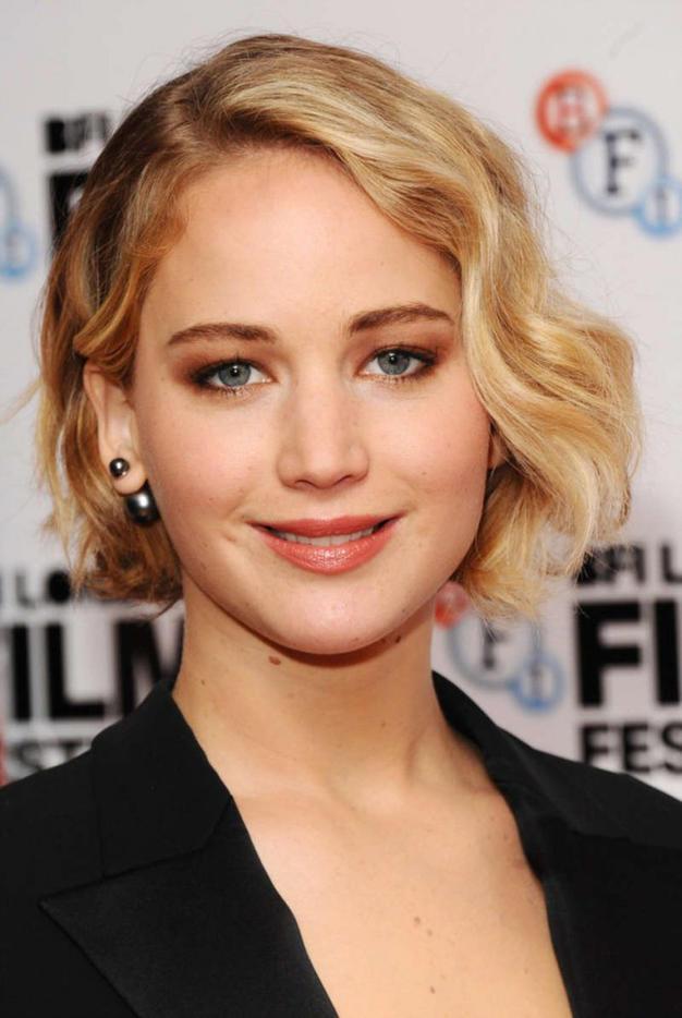 makeup-classic-style-type-jenniferlawrence-pearl-earrings.jpg