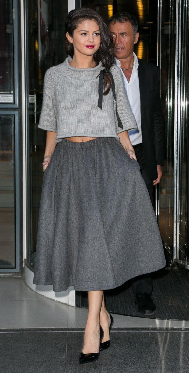 celebrity-grayl-midi-skirt-grayl-sweater-crop-braid-selenagomez-turtleneck-wear-outfit-fall-winter-black-shoe-pumps-fashion-brun-classic-dinner.jpg