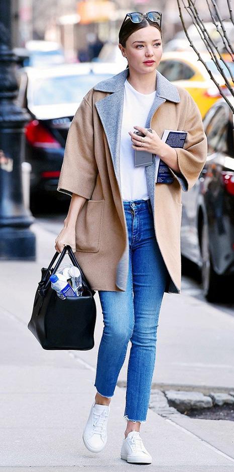 blue-med-skinny-jeans-white-tee-tan-jacket-coat-black-bag-pony-mirandakerr-wear-outfit-fashion-fall-winter-white-shoe-sneakers-classic-modelstyle-hairr-weekend.jpg