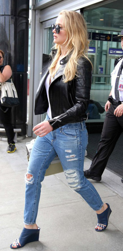 blue-med-boyfriend-jeans-black-jacket-moto-black-shoe-sandalh-mules-sun-airport-jenniferlawrence-style-fall-winter-blonde-weekend.jpg