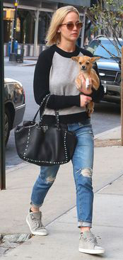 blue-med-boyfriend-jeans-black-sweater-gray-shoe-sneakers-black-bag-blonde-sun-dog-celebrity-streetstyle-outfit-fall-winter-classic-jenniferlawrence-weekend.jpg