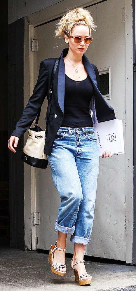 blue-med-boyfriend-jeans-black-tee-black-jacket-blazer-tan-shoe-sandalw-wedges-tan-bag-blonde-sun-wear-outfit-spring-summer-jenniferlawrence-bun-necklace-classic-lunch.jpg
