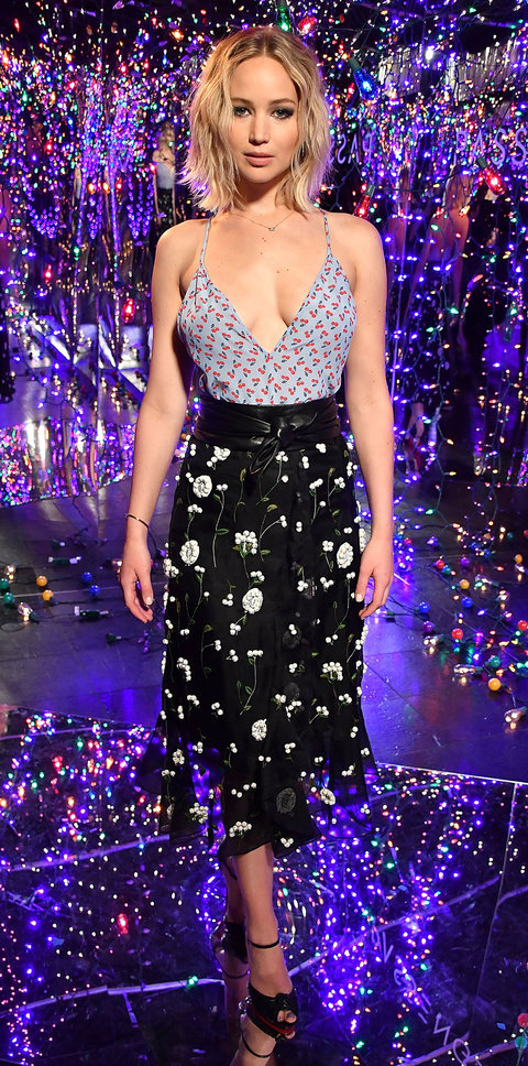 black-midi-skirt-blue-light-top-cami-floral-mis-print-black-shoe-sandalh-jenniferlawrence-style-spring-summer-blonde-dinner.jpg