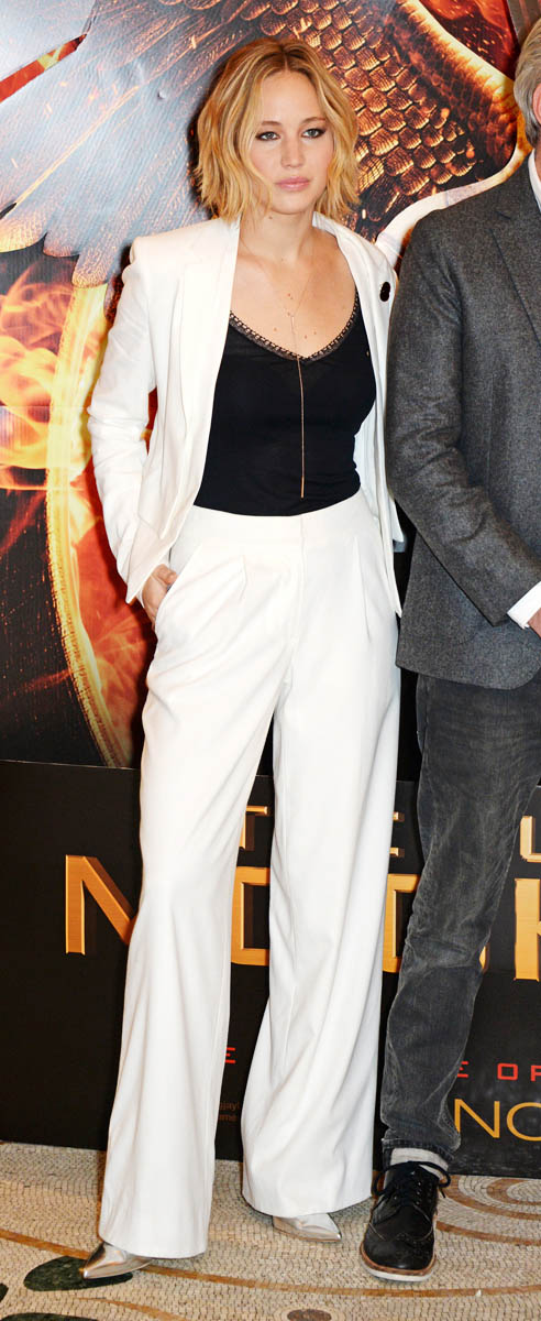 white-wideleg-pants-black-top-necklace-suit-white-jacket-blazer-jenniferlawrence-style-fall-winter-blonde-dinner.jpg
