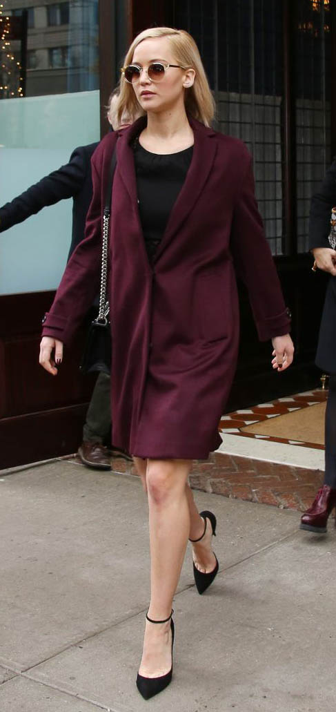 burgundy-jacket-coat-black-shoe-pumps-black-bag-sun-jenniferlawrence-style-fall-winter-blonde-dinner.jpg