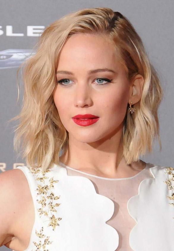 hair-jenniferlawrence-blonde-wavy-bob-lob-sidepart-redlips.jpg