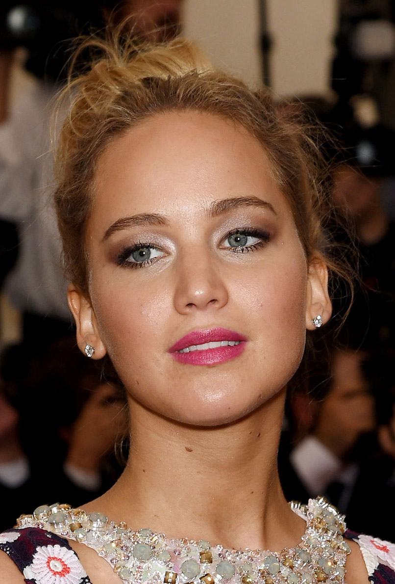 hair-jenniferlawrence-blonde-updo-bun-pink-lips-eyeshadow.jpg
