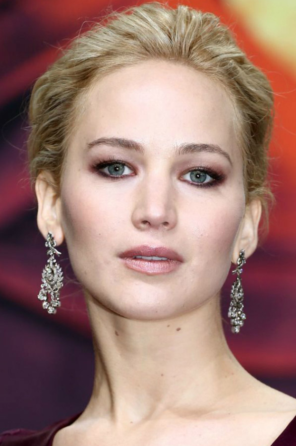 hair-jenniferlawrence-blonde-eyeshadow-eyeliner-earrings.jpg
