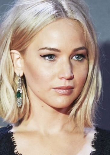 hair-jenniferlawrence-blonde-lob-earrings-eyeliner-wing.jpg