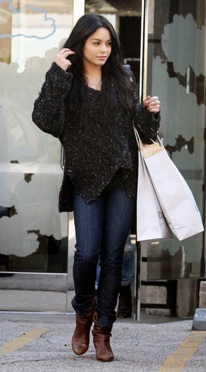 blue-navy-skinny-jeans-black-sweater-slouchy-brown-shoe-booties-vanessahudgens-fall-winter-brun-weekend.jpg