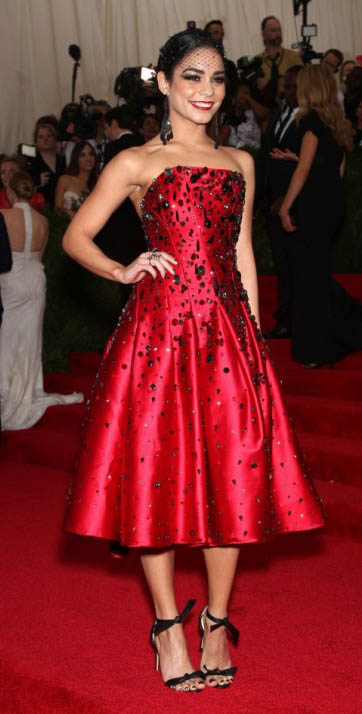 red-dress-gown-strapless-midi-black-shoe-sandalh-vanessahudgens-fall-winter-brun-elegant.jpg