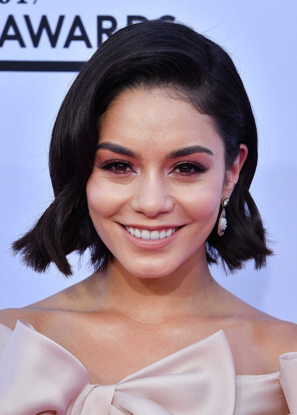 hair-vanessahudgens-brun-lob-sidepart-wavy-bob-earrings.jpg