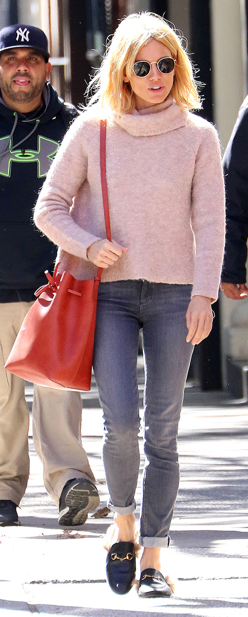 grayd-skinny-jeans-pink-light-sweater-turtleneck-red-bag-black-shoe-loafers-sun-siennamiller-fall-winter-blonde-weekend.jpg