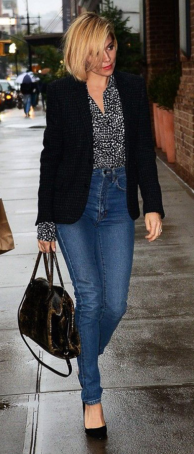 blue-med-skinny-jeans-black-top-blouse-print-black-jacket-blazer-black-shoe-pumps-siennamiller-fall-winter-blonde-work.jpg