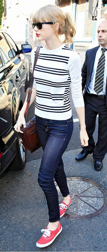 blue-navy-skinny-jeans-blue-navy-tee-stripe-brown-bag-sun-pony-howtowear-style-fashion-spring-summer-red-shoe-sneakers-taylorswift-blonde-weekend.jpg