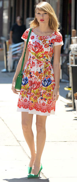 red-dress-mini-print-green-bag-green-shoe-pumps-taylorswift-spring-summer-blonde-lunch.jpg