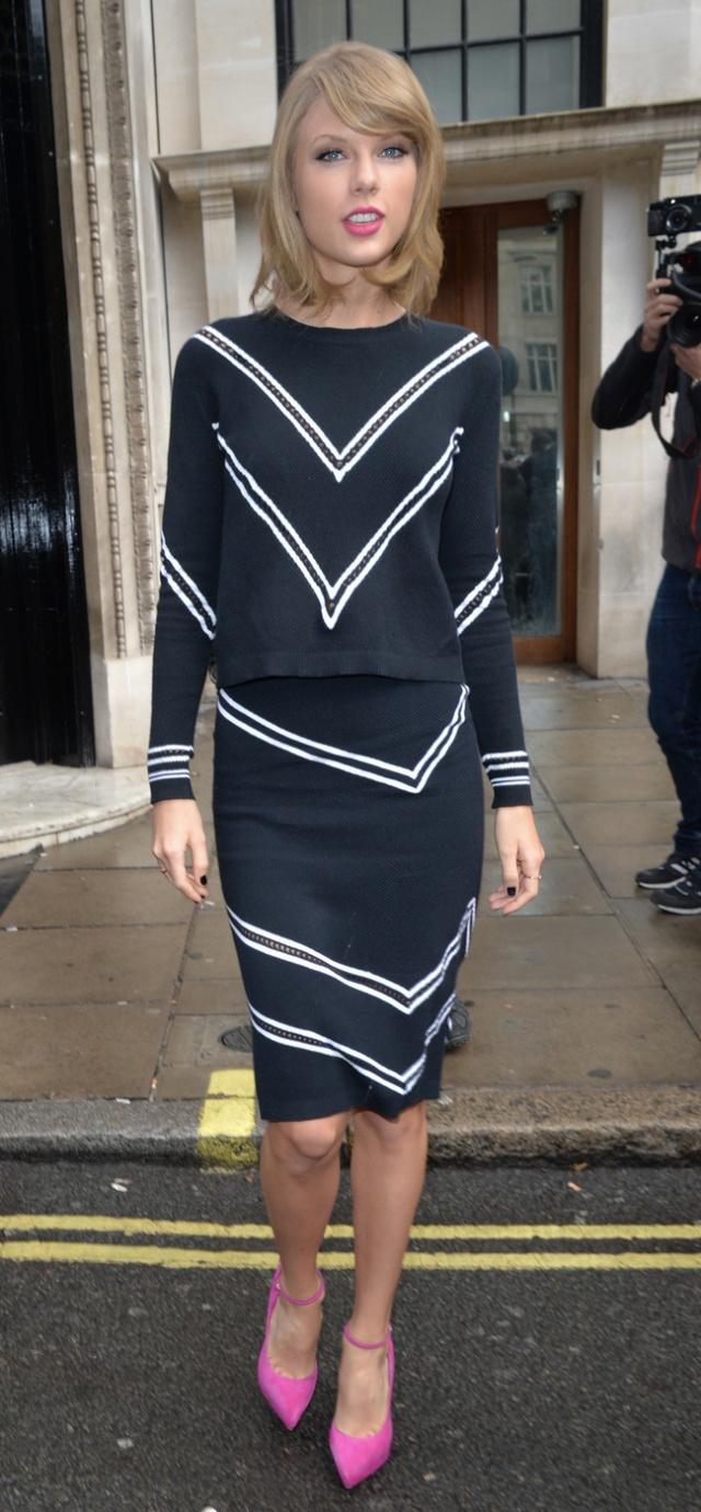 black-pencil-skirt-black-sweater-matchset-pink-shoe-pumps-chevron-stripe-taylorswift-spring-summer-blonde-work.jpg