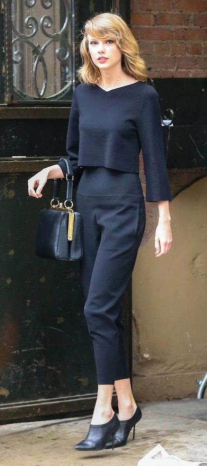 black-joggers-pants-black-top-black-bag-hand-black-shoe-booties-blonde-taylorswift-gym-newyork-fall-winter-work.jpg