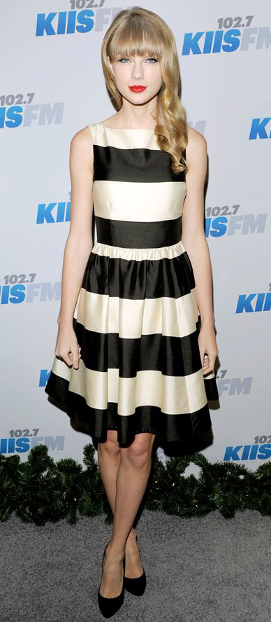 black-dress-aline-bold-stripe-black-shoe-pumps-taylorswift-spring-summer-blonde-dinner.jpg
