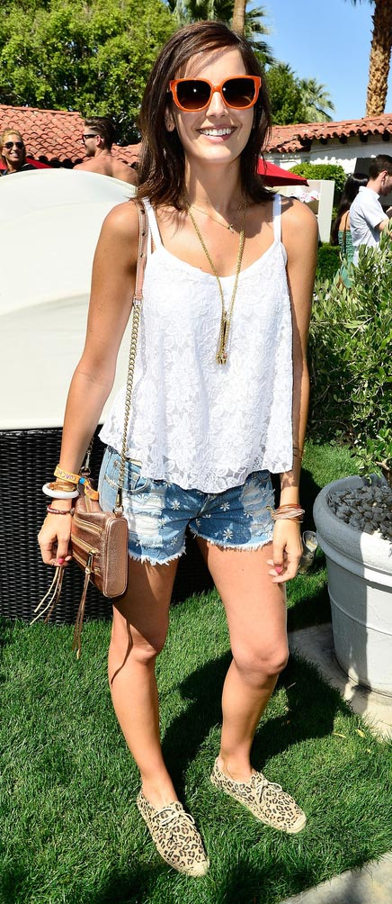 blue-light-shorts-denim-white-top-cami-necklace-pend-peach-bag-tan-shoe-flats-leopard-sun-camillabelle-brun-spring-summer-weekend.jpg
