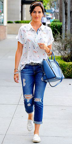 blue-navy-boyfriend-jeans-white-top-blouse-wear-spring-summer-outfit-blue-bag-head-white-shoe-flats-belt-brun-camillabelle-weekend.jpg
