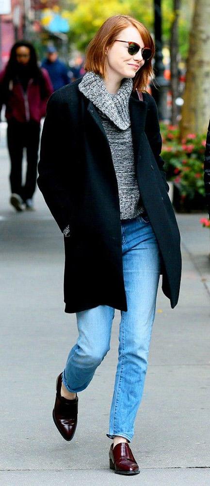 blue-light-skinny-jeans-grayl-sweater-black-jacket-coat-sun-emmastone-wear-outfit-fashion-fall-winter-burgundy-shoe-brogues-celebrity-streetstyle-hairr-lunch.jpg