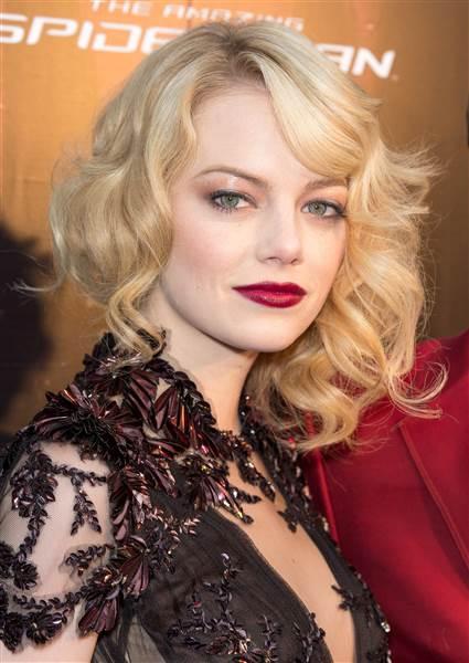 hair-emmastone-makeup-blonde-wavy-sidepart-dark-lips-red-eyeshadow.jpg