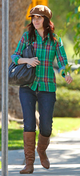blue-navy-skinny-jeans-green-emerald-plaid-shirt-hat-cognac-shoe-boots-zooeydeschanel-brun-fall-winter-weekend.jpg