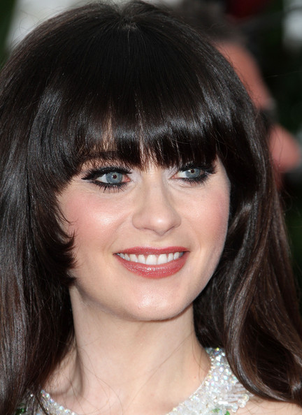 hair-zooeydeschanel-brun-makeup-bangs-eyeliner-blue-eyes.jpg