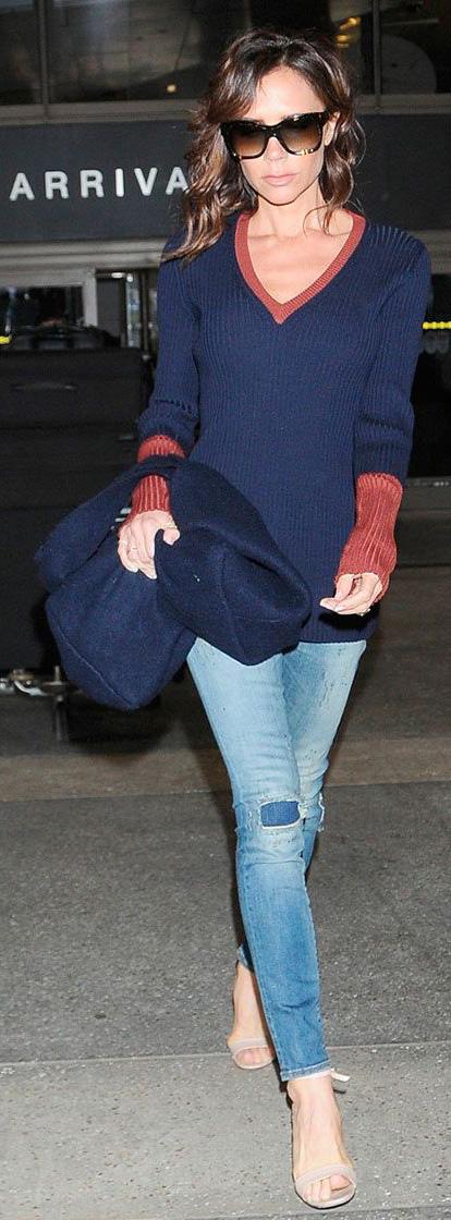 blue-light-skinny-jeans-blue-navy-sweater-vneck-tan-shoe-sandalh-sun-victoriabeckham-brun-fall-winter-lunch.jpg