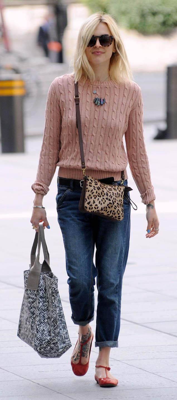blue-navy-boyfriend-jeans-pink-light-sweater-tan-bag-leopard-necklace-blonde-sun-red-shoe-flats-street-style-wear-outfit-spring-summer-denim-fearnecotton-weekend.jpg