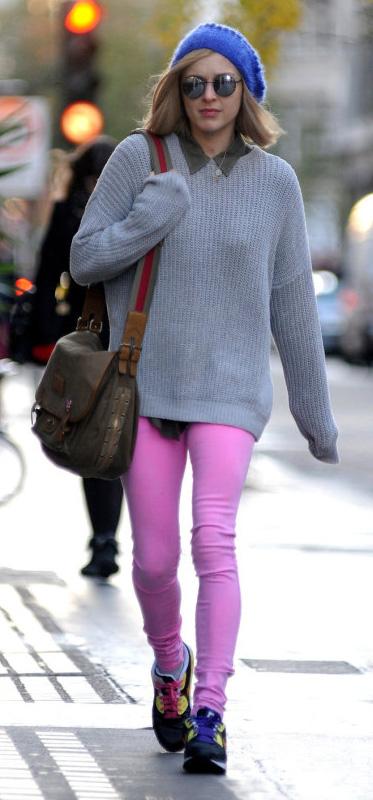 r-pink-light-leggings-grayl-sweater-beanie-sun-fearnecotton-wear-outfit-fashion-fall-winter-black-shoe-sneakers-blonde-weekend.jpg