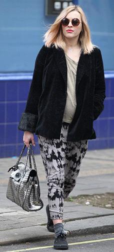 grayl-joggers-pants-zprint-tan-tee-black-jacket-coat-sun-gray-bag-black-shoe-sneakers-socks-wear-style-fashion-fall-winter-blonde-fearnecotton-weekend.jpg