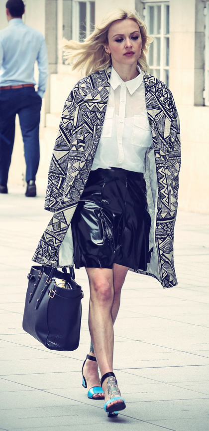 black-mini-skirt-white-top-collared-shirt-white-jacket-coat-print-leather-black-bag-tote-blue-shoe-sandals-fearnecotton-wear-style-fashion-spring-summer-blonde-work.jpg
