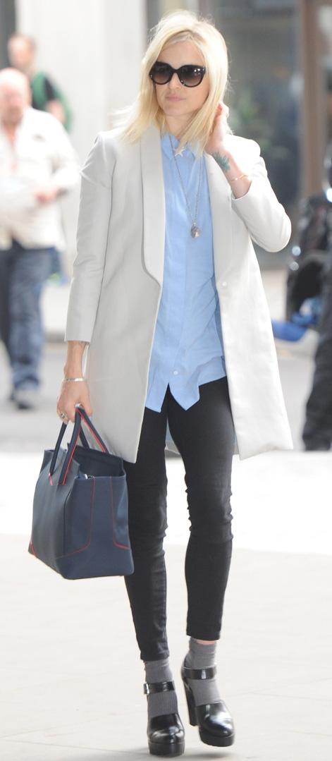 black-skinny-jeans-blue-light-top-collared-shirt-fearnecotton-wear-outfit-fashion-fall-winter-white-jacket-blazer-socks-black-shoe-sandalh-sun-necklace-blue-bag-blonde-work.jpg