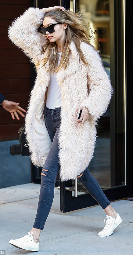black-skinny-jeans-white-tee-r-pink-light-jacket-coat-fur-howtowear-fashion-style-outfit-fall-winter-white-shoe-sneakers-gigihadid-sun-model-street-fuzz-blonde-weekend.jpg
