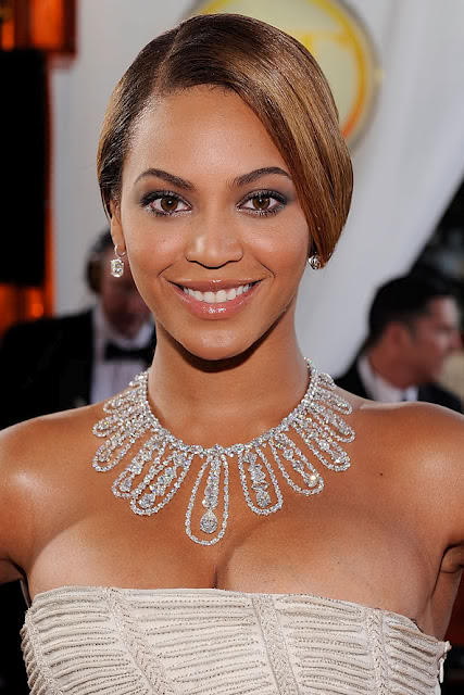 what-to-wear-oval-face-shape-style-haircut-sunglasses-hat-earrings-jewelry-beyonce-updo-necklace-eyebrows-straplessdress.jpeg