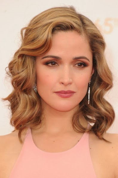 what-to-wear-oval-face-shape-style-haircut-sunglasses-hat-earrings-jewelry-rosebyrne-lob-wavy-pink-eyeshadow.jpg