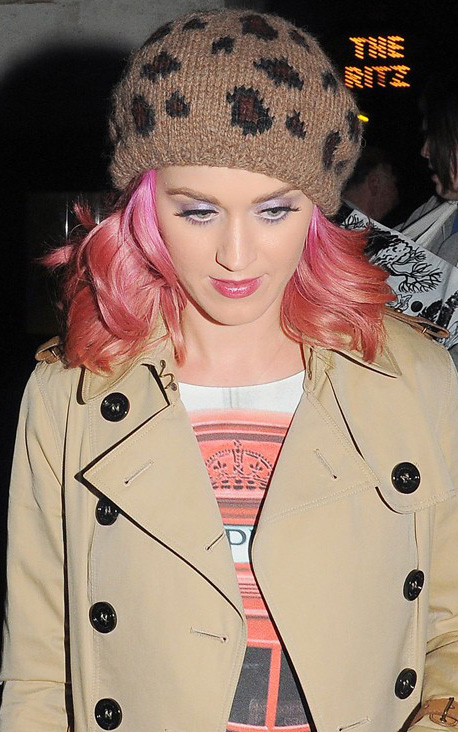 what-to-wear-oval-face-shape-style-haircut-sunglasses-hat-earrings-jewelry-katyperry-pink-beanie-leopard-print.jpg
