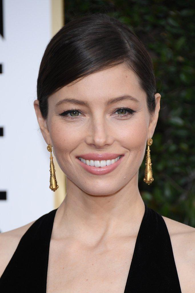 what-to-wear-oval-face-shape-style-haircut-sunglasses-hat-earrings-jewelry-jessicabiel-updo-gold-black.jpg