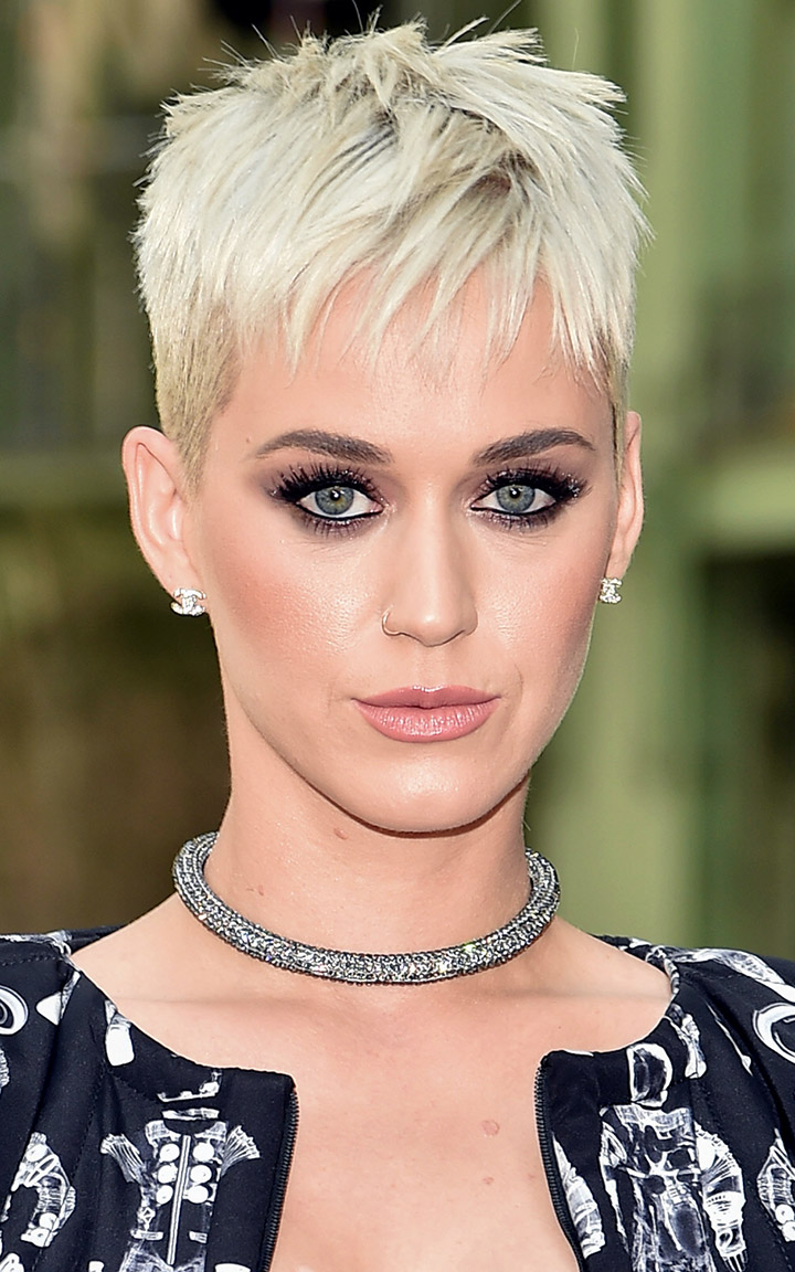 what-to-wear-oval-face-shape-style-haircut-sunglasses-hat-earrings-jewelry-katyperry-blonde-crop-short-necklace-eyeliner.jpg