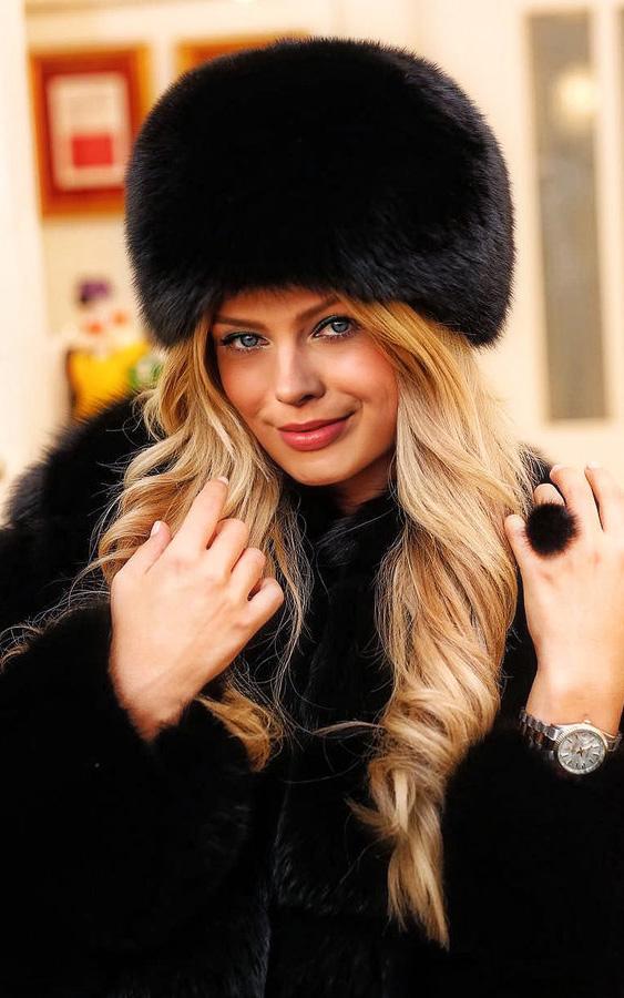 what-to-wear-square-face-shape-style-haircut-sunglasses-hat-earrings-jewelry-margotrobbie-hat-fur-winter-blonde-wavy.jpg