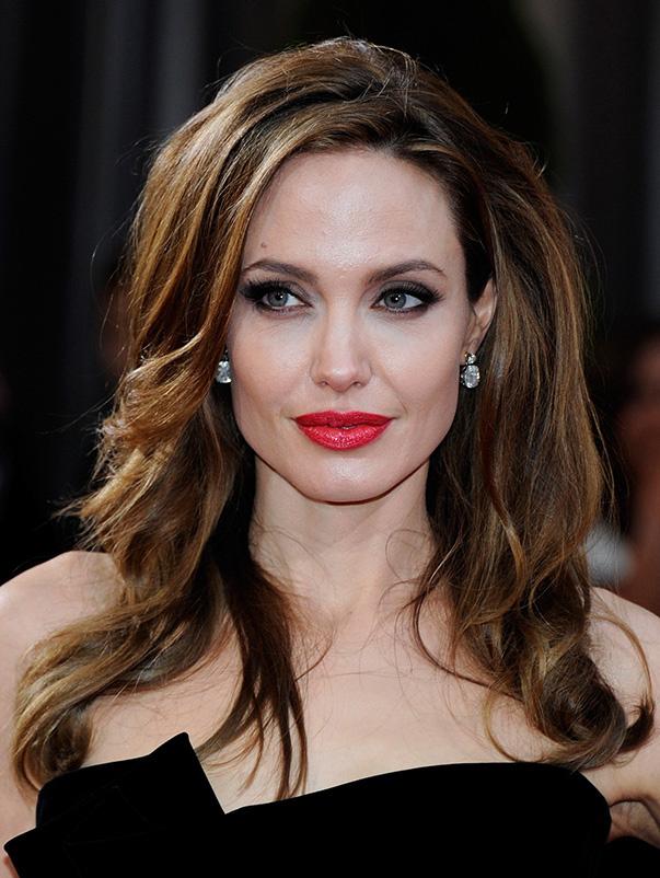 hair-makeup-angelinajolie-brun-red-lips-long-sidepart-earrings.jpg