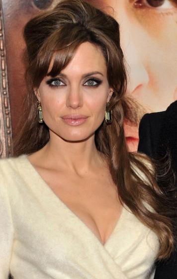 hair-makeup-angelinajolie-brun-bangs-side-halfup-earrings.jpg
