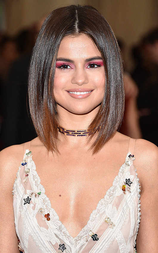 what-to-wear-round-face-shape-style-haircut-sunglasses-hat-earrings-jewelry-selenagomez-straight-lob-choker-eyeshadow.jpg