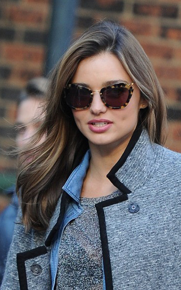 what-to-wear-round-face-shape-style-haircut-sunglasses-hat-earrings-jewelry-mirandakerr-sidepart-tortoiseshell.jpg