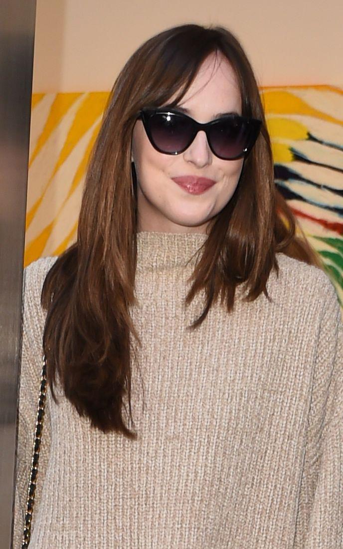 what-to-wear-oblong-face-shape-style-haircut-sunglasses-hat-earrings-jewelry-dakotajohnson-bangs-long.jpg