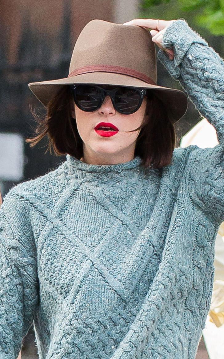 what-to-wear-oblong-face-shape-style-haircut-sunglasses-hat-earrings-jewelry-dakotajohnson-redlips-fedora.jpg